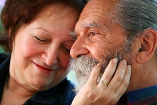 Old_couple_in_love_320px