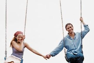 couple-on-swings